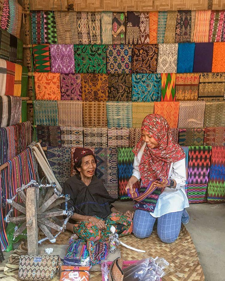 Kain Tenun di Desa Sade, sumber ig sherllyrossa_
